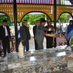 Menabur Bunga di makam pahlawan nasional Teuku Nyak Arief di Gampong Lamreung
