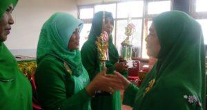 Ketua DWP Aceh Besar Hj Dra Armanusah Jailani menyerahkan piala kepada juara lomba menghias bolu tart dalam rangka HUT ke-17 DWP di Aula kantor bupati lama Kota Jantho, Rabu (26/10/2016).