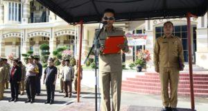 PIMPIN APEL – Bupati Aceh Besar Mukhlis Basyah SSos bertindak selaku Pembina Apel Besar Kebhinnekaan Cinta Damai di halaman Kantor Bupati Aceh Besar, Selasa (15/11/2016).