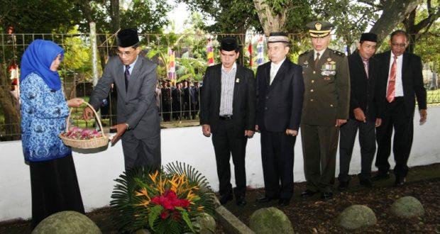 Wakil Bupati Aceh Besar Drs H Syamsulrizal MKes melakukan doa dan tabur bunga di kompleks makam pahlawan Teungku Nyak Fakinah di Gampong Lambunot, Kecamatan Simpang Tiga, Aceh Besar, Kamis (10/11/2016)
