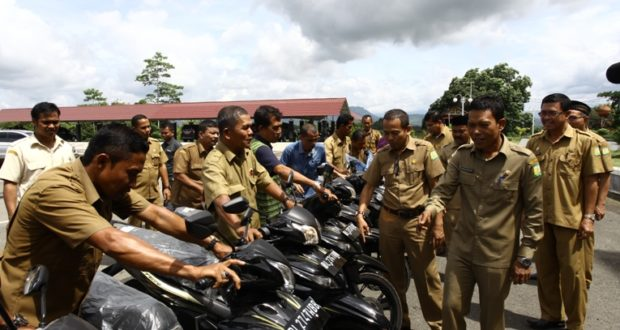 Bupati Aceh Besar Mukhlis Basyah SSos menyerahkan 23 kendaraan operasional roda dua untuk para Kepala Seksi Pemberdayaan Masyarakat Gampong  yang  bertugas di 23 kantor camat se-Aceh Besar di Kantor Bupati Aceh Besar, Selasa (28/2/2017). FOTO-HUMAS PEMKAB ACEH BESAR