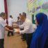 Plt Sekdakab AcehBesar Drs Iskandar MSi menyerahkan penghargaan kepada para juara pada penilaian terhadappelaporan SKPD dalam lingkup Pemkab Aceh Besar tahun 2016 di Aula SMKAl-Mubarkeya Kecamatan Ingin Jaya, Rabu (12/4/2017). FOTO HUMAS PEMKAB ACEHBESAR