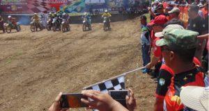 Para pembalap tampak antusias mengikuti Enduro Competition Bupati Aceh Besar CUP II Tahun 2017 di Sirkuit Kuta Malaka, Kabupaten Aceh Besar, Sabtu (15/4/2017), saat Bupati Aceh Besar Mukhlis Basyah SSos dan Pangdam Iskandar Muda Mayjen TNI Moch Fachruddin mengibarkan bendera star. FOTO-HUMAS PEMKAB ACEH BESAR