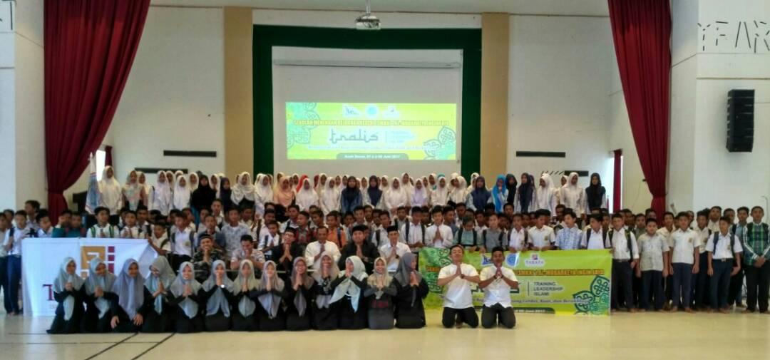 Peserta Training Kepemimpinan Muslim (Islamic Leadership Training) SMKN Al-Mubarkeya, Aceh Besar di Aula SMKN tersebut, Kamis (1/7/2017).
