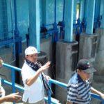 Bupati Aceh Besar Ir Mawardi Ali didampingi Sekdakab Drs Iskandar MSi dan pejabat terkait lainnya meninjau bendungan irigasi Seuneubok Seulimuem, Minggu (16/7/2017)