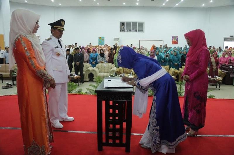 Ketua Dewan Kerajinan Nasional Daerah (Dekranasda) Aceh dan TP-PKK Aceh, Darwati A Gani melantik ketua Dekranasda dan TP-PKK Aceh Besar