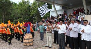 Bupati Aceh Besar, Ir Mawardi Ali melepas pawai karnaval dalam rangka Hari Ulang Tahun (HUT) Ke-72 Kemerdekaan RI, di Lapangan Bungong Jeumpa Kota Jantho, Sabtu (12/8).