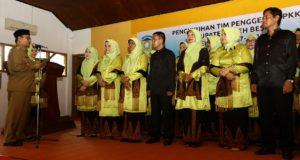 Bupati Aceh Besar Ir Mawardi Ali mengukuhkan kepengurusan TP PKK Kabupaten Aceh Besar periode 2017-2022 di Gedung PKK Aceh Besar, Senin (7/8/2017).
