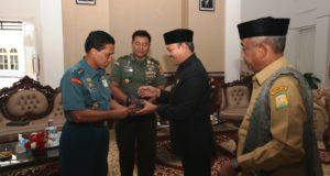 Bupati Aceh Besar Ir Mawardi Ali didampingi Wabup Tgk H Husaini A Wahab menyerahkan cenderamata kepada Laksda TNI Jajang Tirto Sudarsono dan Brigjen Inf Mundasir dari Setjen Wantannas di Meuligo Aceh Besar, Selasa (19/9/2017).
