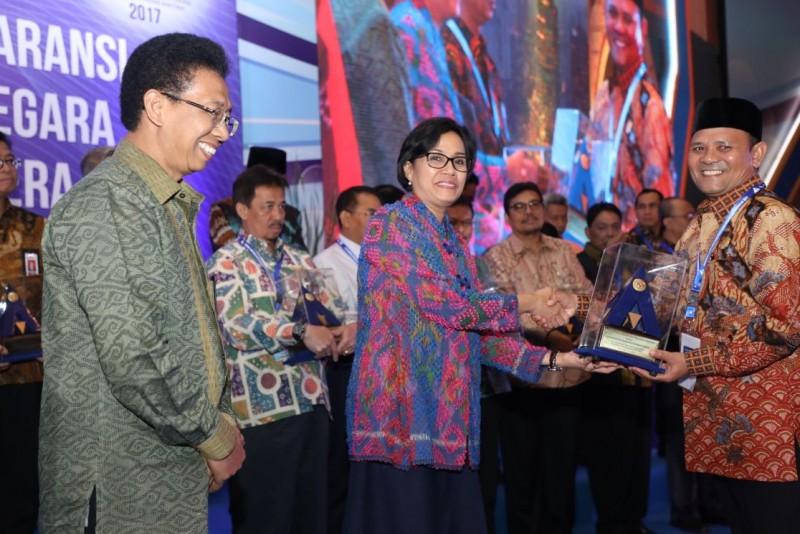 Sekdakab Aceh Besar Drs Iskandar MSi didampingi Kabag Humas dan Protokol M Basir SSTP MSi, Kamis (14/9/2017) mengatakan pada Rakernas yang dibuka Presiden RI Ir H Joko Widodo tersebut, selain Bupati Aceh Besar, penghargaan yang sama juga diterima para Menteri, pemimpin lembaga negara, gubernur dan bupati/walikota yang meraih opini WTP untuk LKKL dan LKPD tahun 2012-2016