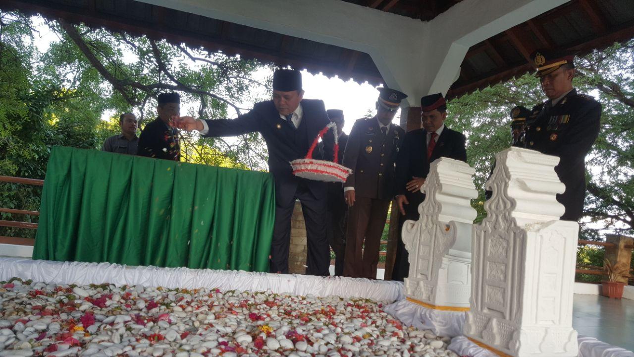 Bupati Aceh Besar Ir Mawardi Ali melakukan tabur bunga dalam rangka peringatan Hari Pahlawan tahun 2017 di Makan Laksamana Malahayati di Krueng Raya,  Kecamatan Mesjid Raya, Jumat (10/11/2017).