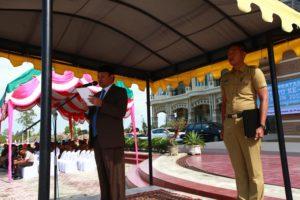 Bupati Aceh Besar Ir Mawardi Ali bertindak selaku pembina upacara pada peringatan Hari Ibu ke-89 tahun 2017